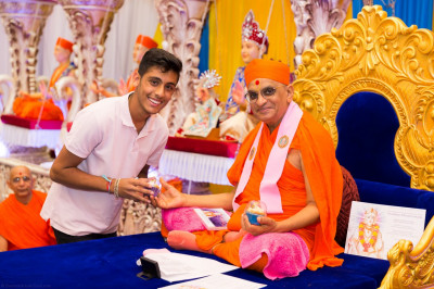 His Divine Holiness Acharya Swamishree blesses disciples who have taught or assisted in Gujarati Classes this year