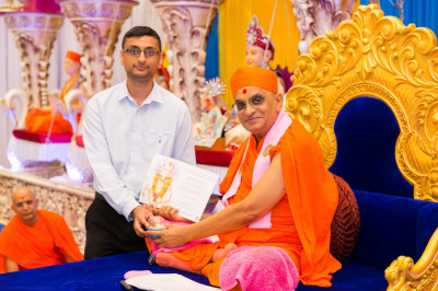 His Divine Holiness Acharya Swamishree blesses disciples who have passed their Bachelor degrees with Honours