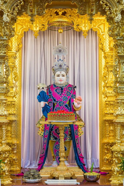 Divine darshan of Lord Shree Swaminarayan dining on the delicious cake