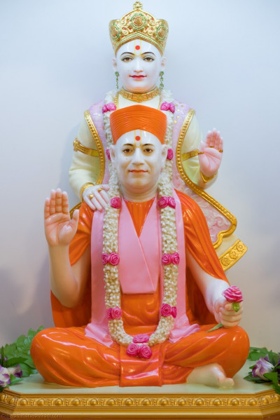 Divine darshan of Lord Shree Swaminarayan and Jeevanpran SHree Muktajeevan Swamibapa