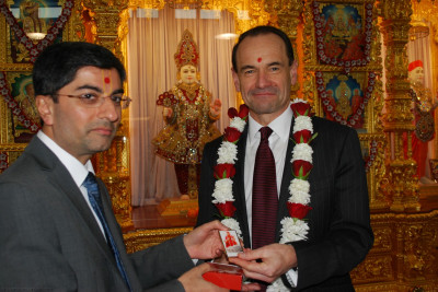 A momento of the mandir is presented to RAdm Mackay