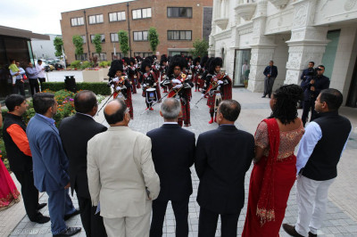 A salute by Shree Muktajeevan Swamibapa Pipe Band for the Mayor and guests