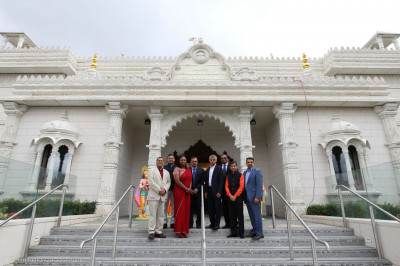 The Mayor at the entrance of the Mandir