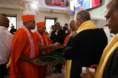 Sants adorn honoured guests with a sacred thread