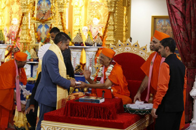 Leader of Brent Council, Labour Cllr Muhammed Butt meet Acharya Swamishree Maharaj and receive prasad