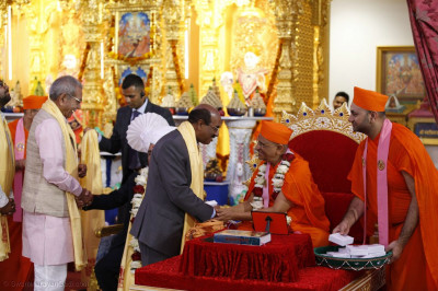 Mayor of Brent, Labour Cllr, Brent - Cllr Parvez Ahmed meets Acharya Swamishree Maharaj and receive prasad
