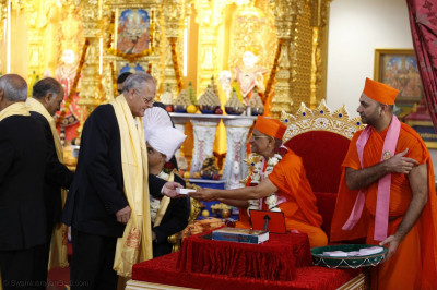 Conservative Cllr, Brent - Cllr Reg Colwill meets Acharya Swamishree Maharaj and receive prasad