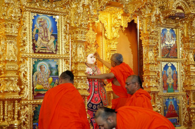 Acharya Swamishree Maharaj commences the patotsav ceremony