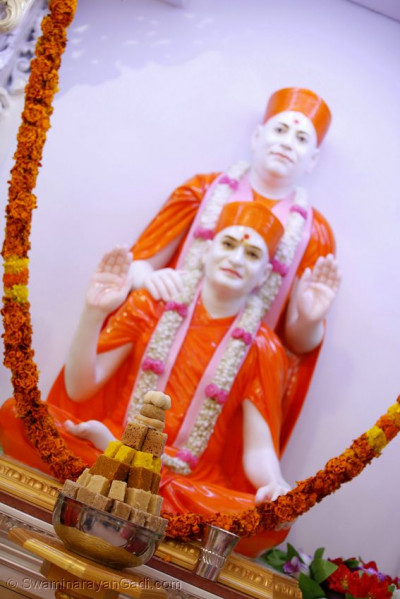 Annakut in front of Shree Muktajeevan Swamibapa and Acharya Swamishree Maharaj
