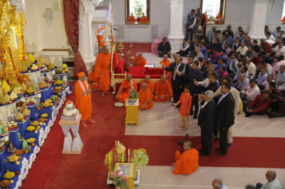 Acharya Swamishree Maharaj and disciples perform annakut aarti