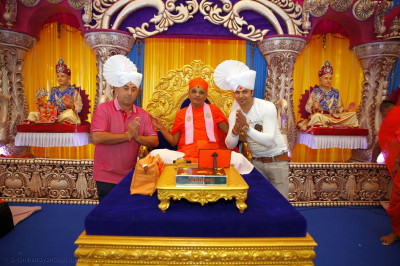 Acharya Swamishree Maharaj gives darshan to two of many helpers at Kingsbury Mandir