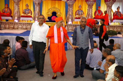 Acharya Swamishree Maharaj gives darshan in Purushottam Mahal