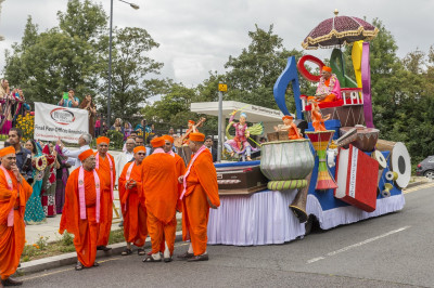 Sants and disciples take part in the mini procession into Shree Swaminarayan Mandir Kingsbury