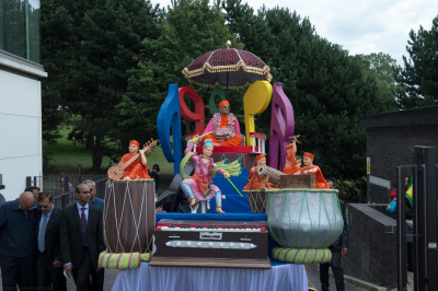 Divine darshan of His Divine Holiness Acharya Swamishree and Shree Harikrishna Maharaj seated on the magnificent chariot