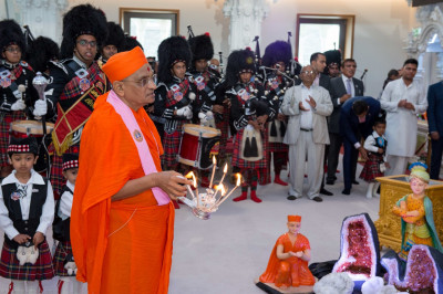 His Divine Holiness Acharya Swamishree performs aarti to Lord Shree Swaminarayan, Jeevanpran Shree Abji Bapashree and Jeevanpran Shree Muktajeevan Swamibapa