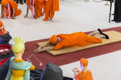 His Divine Holiness Acharya Swamishree performs sashtang dandvat pranam to Lord Shree Swaminarayanbapa Swamibapa