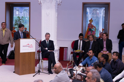 Mandir officials introduce Zac Goldsmith to the assembly