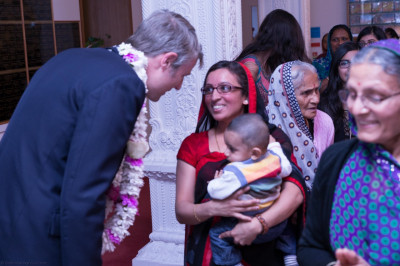 Zac Goldsmith meets with disciples in Mandir