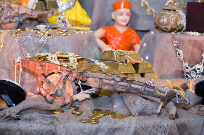 Dhanterus is celebrated by offering wealth to the Lord