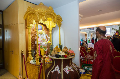 Disciples offer aarti to Shree Ganpatiji