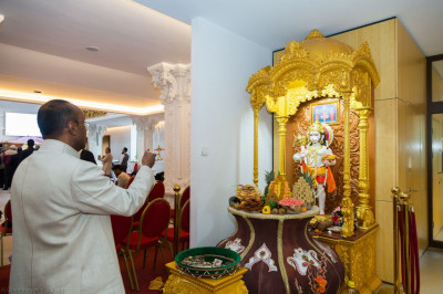Disciples offer aarti to Shree Hanumanji