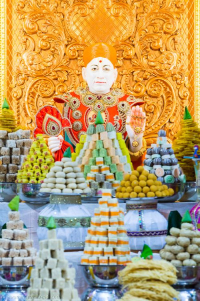 Divine darshan of Lord Shree Swaminarayan dines on the annakut of sweet and savoury items