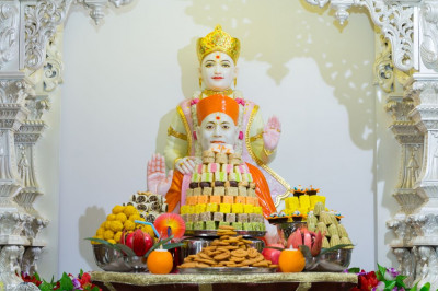 Divine darshan of Lord Shree Swaminarayan and Jeevanpran Shree Muktajeevan Swamibapa dining on the annakut