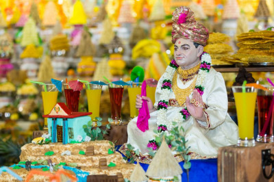 Divine darshan of Jeevanpran Shree Abji Bapashree dining on the annakut