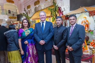 Local Mayors, MPs and councillors visit the mandir