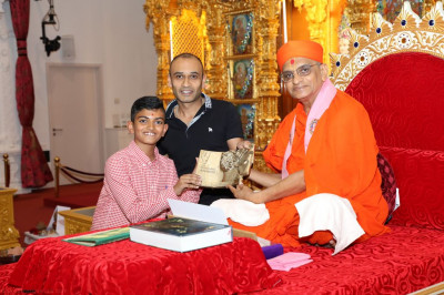 Divine darshan of His Divine Holiness Acharya Swamishree with the Teaching Awards award blessing disciples