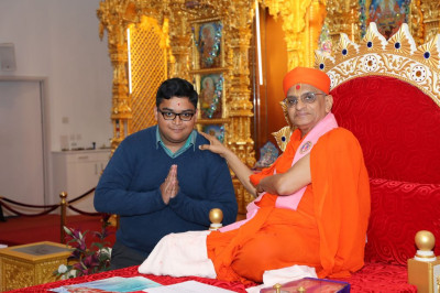 His Divine Holiness Acharya Swamishree blesses the teachers and teaching assistants of Swamibapa Gujarati School