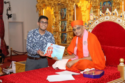 His Divine Holiness Acharya Swamishree blesses disciples who have achieved in their GCSEs, GCE A-level and Honours degrees