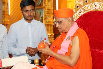 Disciples of Shree Muktajeevan Swamibapa Academy of Sports present a new cricket bat and ball for His Divine Holiness Acharya Swamishree to autograph