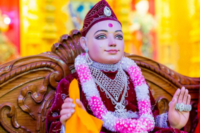 Divine darshan of Lord Shree Swaminarayan seated on a swing decorated with items from Shree Muktajeevan Swamibapa Pipe Band London