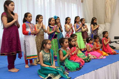 Young disciples perform a prayer to Lord Shree Swaminarayan before the start of the event
