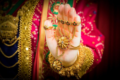Divine darshan of Lord Shree Swaminarayan's divine left lotus hand