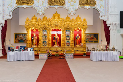 Divine darshan of Lord Shree Swaminarayan, Jeevanpran Shree Abji Bapashree and Jeevanpran Shree Muktajeevan Swamibapa with the prizes and trophies