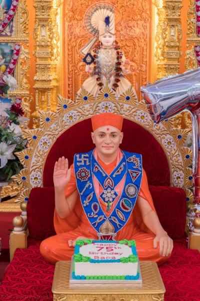 Divine darshan of His Divine Holiness Acharya Swamishree with the cake