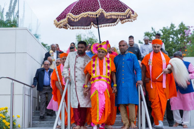 Disciples who have sponsored the celebrations escort His Divine Holiness Acharya Swamishree to Shree Purushottam Mahal