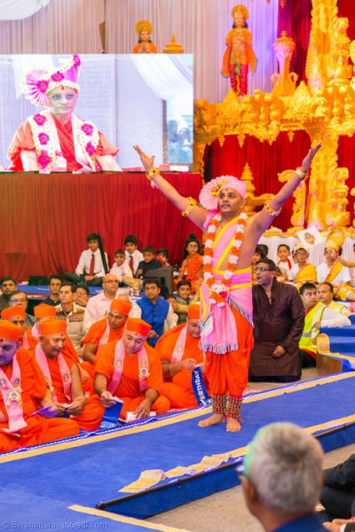 Sant Shiromani Shree Sarvatmapriyadasji Swami performs a devotional dance to please the Lord