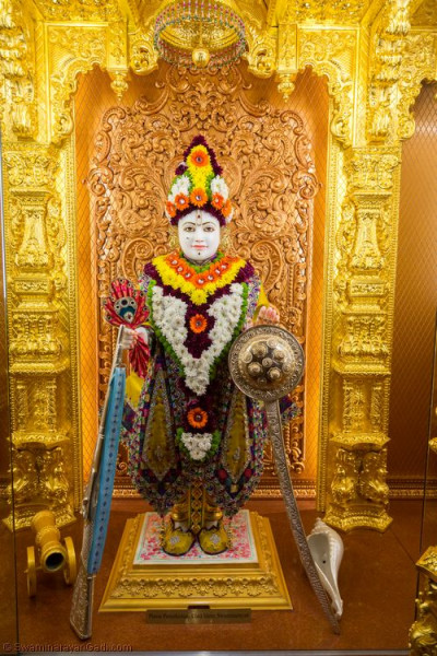 Divine darshan of Lord Shree Swaminarayan adorned in fresh colourful flowers