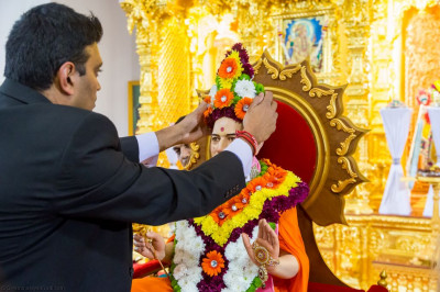 Disciples offer garments and a crown made of fresh flowers to Jeevanpran Shree Muktajeevan Swamibapa