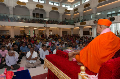 Hundreds of disciples gather and perform doon and dhyan