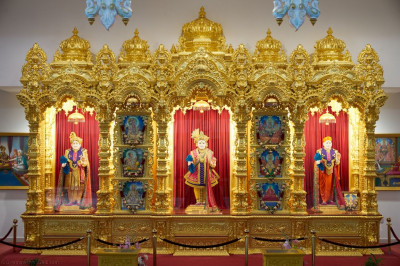 Divine darshan of Lord Shree Swaminarayan, Jeevanpran Shree Abji Bapashree, and Jeevanpran Shree Muktajeevan Swamibapa