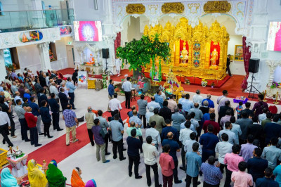 Hundreds of disciples perform 'dhoon' to please the Lord