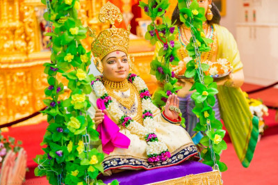 Divine darshan of Lord Shree Swaminarayan seated on the charming swing on the mango tree