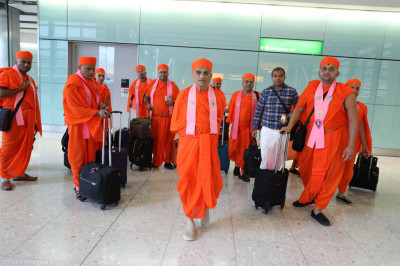 Divine darshan of Acharya Swamishree with sants on route to London UK