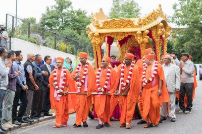 Sants pull the golden chariot into the mandir