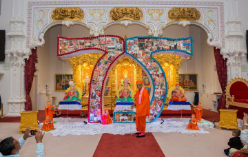 Hundreds gather at Shree Swaminarayan Mandir to welcome Acharya Swamishree Maharaj to the UK