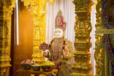 Divine darshan of Lord Shree Swaminarayan dining on popcorn and delicious cake